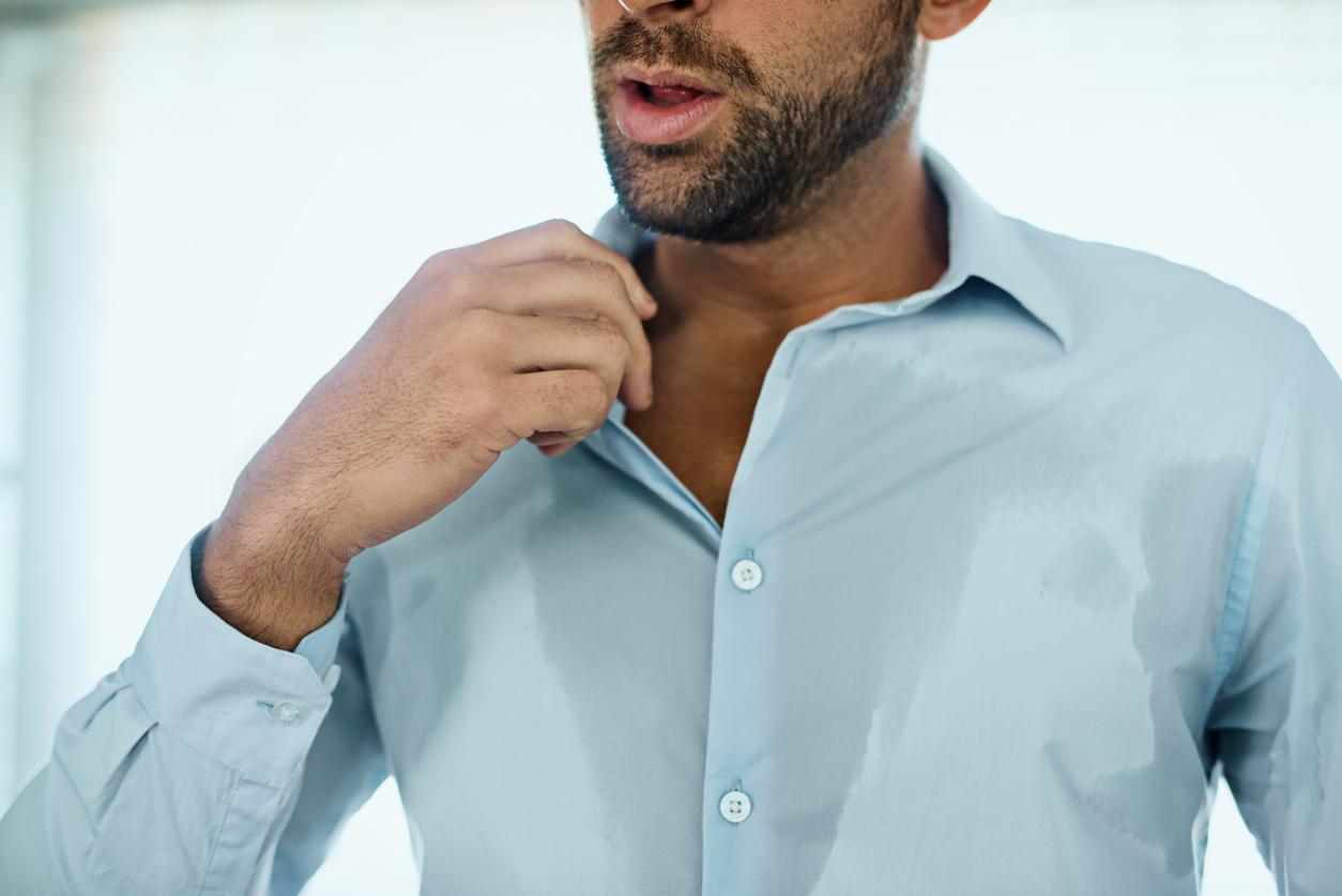 Man med skjorta med svettfläckar